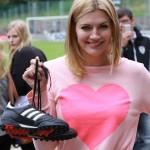 Nina Bott zeigt uns stolz ihre Fußballschuhe