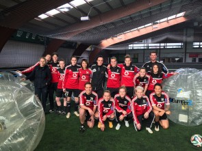 Team des 1. FFC Frankfurt beim Bubble Football